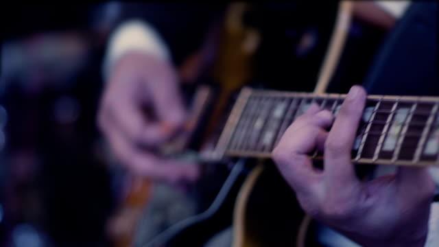 vídeos de stock e filmes b-roll de man playing guitar close up - arte, cultura e espetáculo