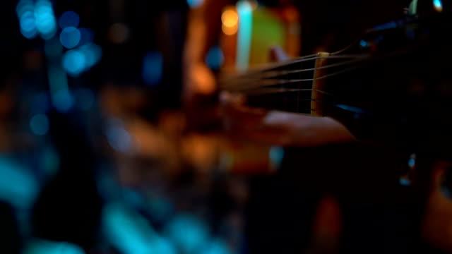 vídeos de stock, filmes e b-roll de homem que joga a guitarra - violão acústico