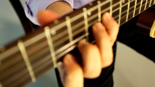 mann spielt gitarre - moderne rockmusik stock-videos und b-roll-filmmaterial