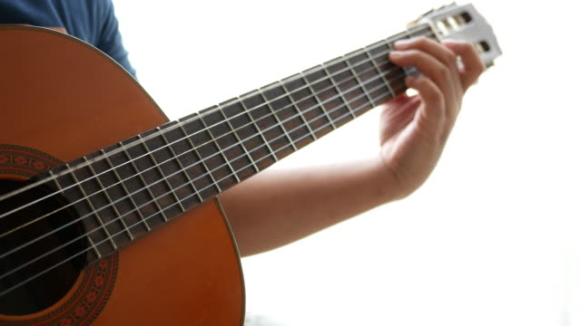 mann spielt gitarre - griffbrett stock-videos und b-roll-filmmaterial