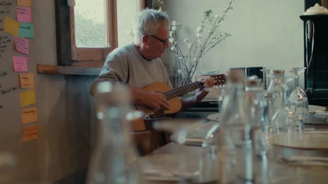 man playing guitar - darstellender künstler stock-videos und b-roll-filmmaterial