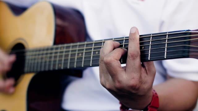 CU: Man spelen gitaar