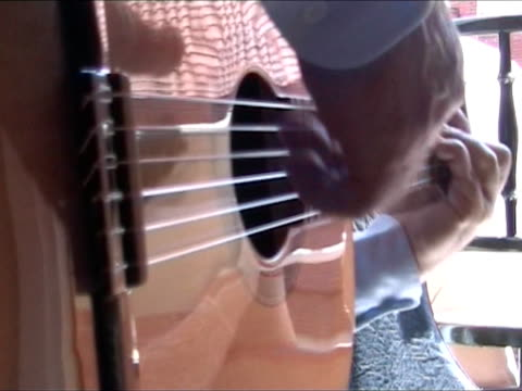 stockvideo's en b-roll-footage met man playing guitar - with sound (spanish music: olé!) - flamencodansen