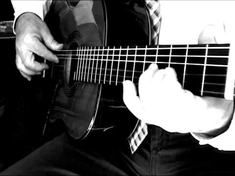 mann spielt gitarre-mit sound (spanisch-musik: olé! - akkord stock-videos und b-roll-filmmaterial