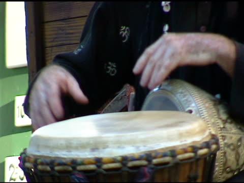 vidéos et rushes de homme jouant au gypsy tambour au festival extérieure 2 - minorité
