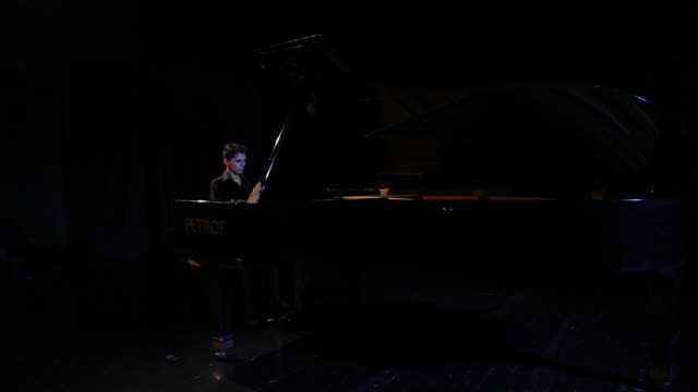 man playing piano on the stage - solo uomini giovani video stock e b–roll