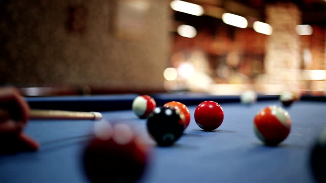 vídeos de stock e filmes b-roll de man playing pool billiards - mesa de bilhar