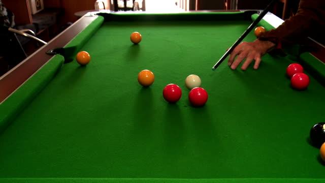 vídeos y material grabado en eventos de stock de man playing pool - salón de billares