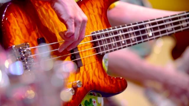 Man spelen van de basgitaar