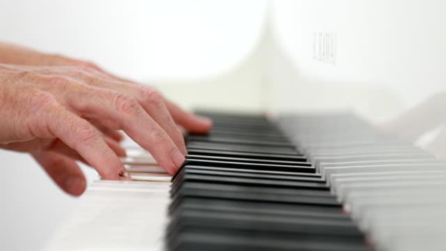 mann spielt klavier - jazz stock-videos und b-roll-filmmaterial