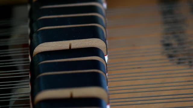 vídeos de stock e filmes b-roll de man playing the piano - tecla de piano