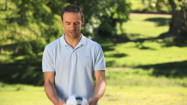 vidéos et rushes de ms man playing with soccer ball in park / cape town, western cape, south africa - un seul homme d'âge moyen