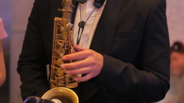 ein mann spielt eine saxophon - jazz stock-videos und b-roll-filmmaterial