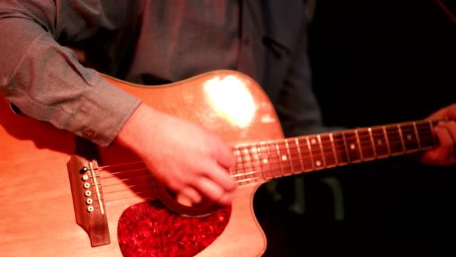 男は、アコースティック ギターを果たしています。 - シンガーソングライター点の映像素材/bロール