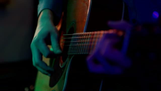 アコースティックギターを弾く男 - シンガーソングライター点の映像素材/bロール