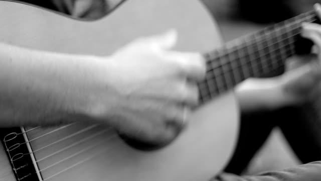 男は、クラシック ギター、フラメンコを果たしています。 - 美術工芸品点の映像素材/bロール