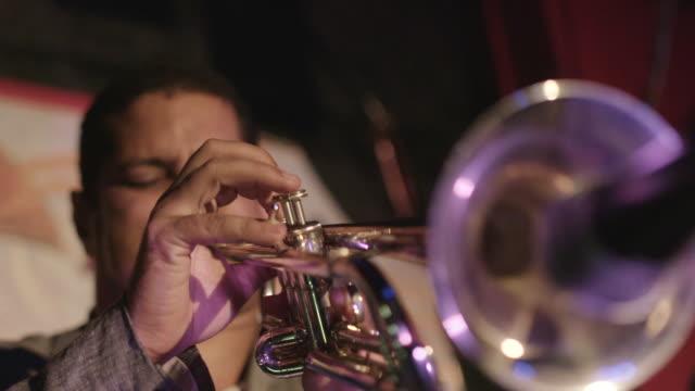 man plays trumpet in slow motion - 真鋳点の映像素材/bロール