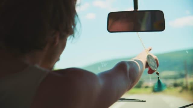 vidéos et rushes de homme dirigeant tandis que le véhicule de conduite pendant le voyage de route - voyage en voiture