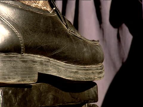 man polishing shoes with brush bombay - indischer subkontinent abstammung stock-videos und b-roll-filmmaterial