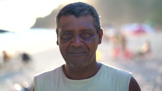 vídeos de stock, filmes e b-roll de retrato de homem na praia - povo indiano