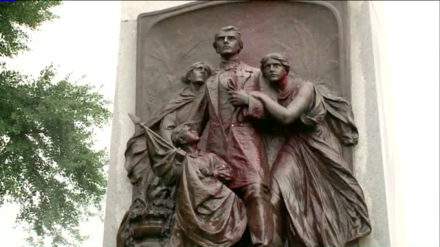 vídeos de stock e filmes b-roll de ktvi a man power washes a confederate memorial statue that vandals spray painted it in forest park in st louis on june 24 2015 the 32foot tall... - estátua