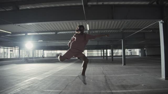 vidéos et rushes de man practicing ballet at parking lot - danseur de ballet