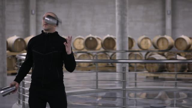 vídeos de stock, filmes e b-roll de flairtender praticando do homem na adega de vinho - barman