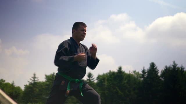 vídeos de stock, filmes e b-roll de homem praticando karate - karate