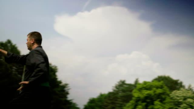 男性の練習空手 - カンフー点の映像素材/bロール