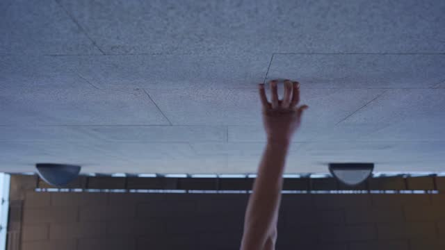 mann übt parkour - stunt stock-videos und b-roll-filmmaterial