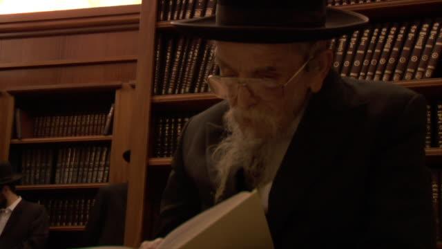vídeos de stock e filmes b-roll de man praying - judaísmo