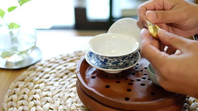 ein mann bereitet chinesischen tee zu - teekessel stock-videos und b-roll-filmmaterial