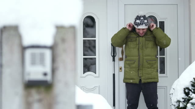 stockvideo's en b-roll-footage met hd: man prepares for the shoveling snow - schoppen lichaamsbeweging