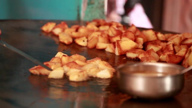 man preparing aaloo chaat on a big tawa, delhi, india - prepared potato stock videos & royalty-free footage