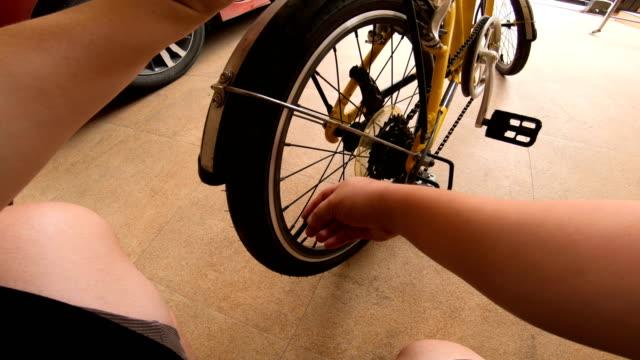 vídeos de stock e filmes b-roll de pov : man preparing bicycle to clying - começo