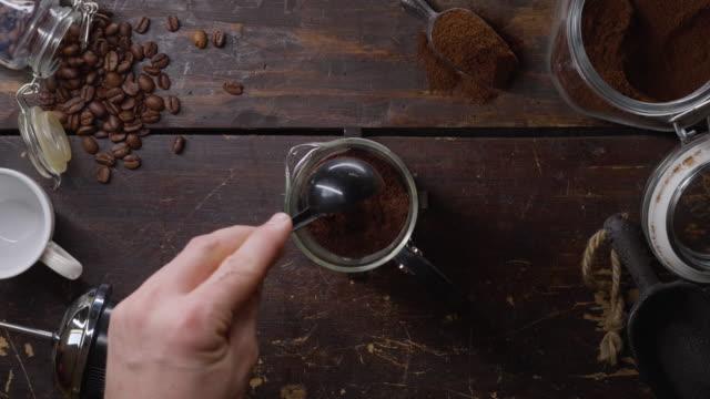 mann bereitet kaffee in einer französischen presse - table top view stock-videos und b-roll-filmmaterial
