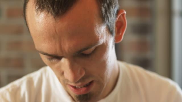 stockvideo's en b-roll-footage met man preparing dough in a pizzeria - alleen één mid volwassen man