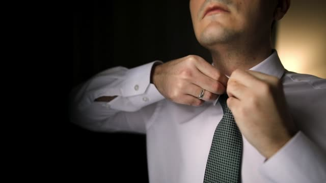 stockvideo's en b-roll-footage met man voorbereiding voor een trouwdag - shirt and tie