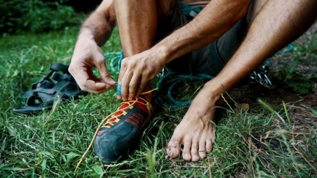 stockvideo's en b-roll-footage met mens die voor rots het beklimmen voorbereidingen treft - vrij klimmen