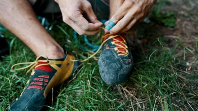man förbereder sig för bergsklättring - friklättring bildbanksvideor och videomaterial från bakom kulisserna