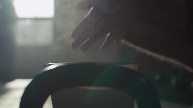 mann, die vorbereitung für gewichtheben - vorbereitung stock-videos und b-roll-filmmaterial