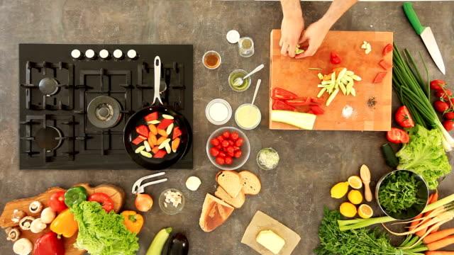 Man voorbereiding van gegrilde groenten