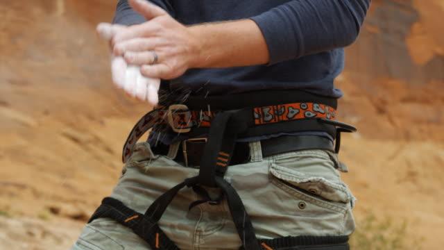 vídeos y material grabado en eventos de stock de man preparing to climb - magnesio