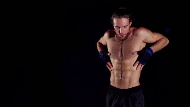 vídeos de stock, filmes e b-roll de apresentação do homem sobre a construção do corpo. corpo masculino. homens bonitos muscular - corpo humano