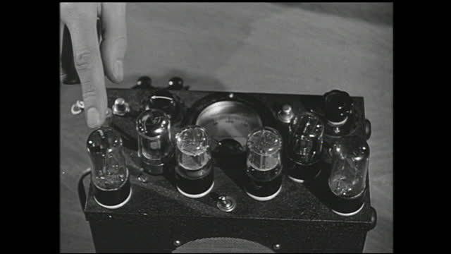 man presenting box with various light bulbs and dials, and pointing to different parts with finger - 1940 1949 bildbanksvideor och videomaterial från bakom kulisserna