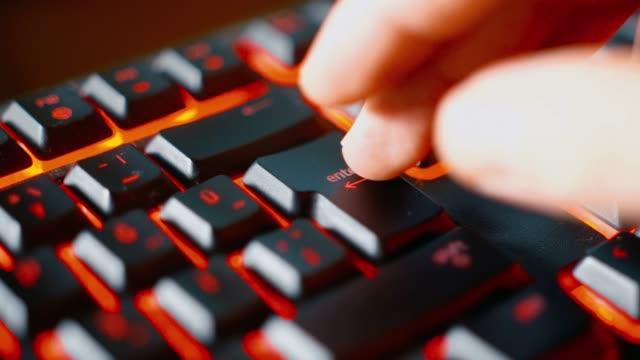 vídeos y material grabado en eventos de stock de hombre presionando la tecla enter en un teclado de juego - pulsar
