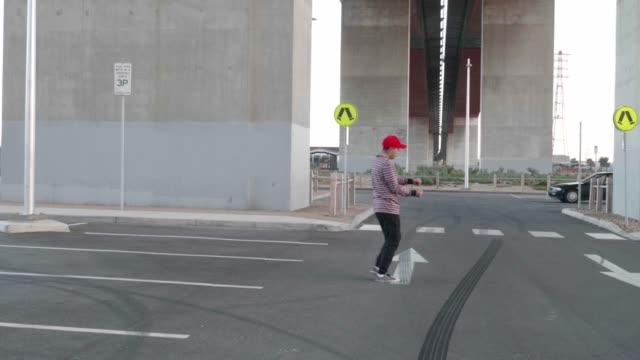 vídeos de stock e filmes b-roll de man pretending to park - sátira