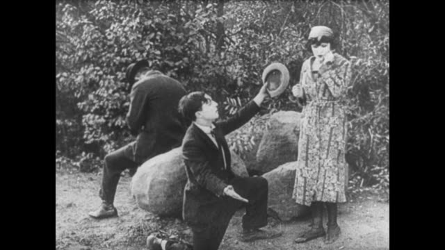 1921 man (buster keaton) proposes to a woman (virginia fox) only to find out she's married, so he changes into a bathing suit and gives her a four-leaf clover, making her husband jealous - 1920年点の映像素材/bロール