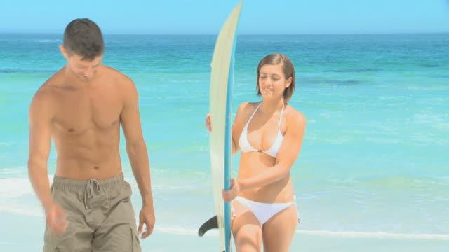 man proposing to girl with a surfboard / cape town, western cape, south africa - gå tillsammans bildbanksvideor och videomaterial från bakom kulisserna