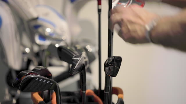 vídeos de stock e filmes b-roll de man pulling club from golf bag - close up - golfe